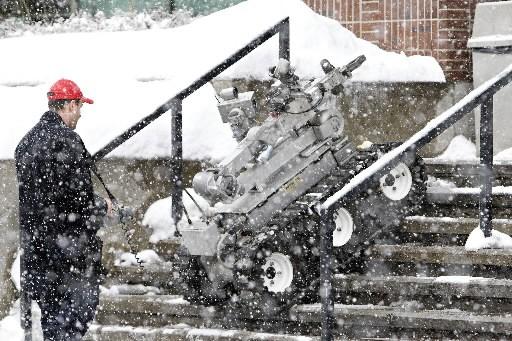 Le robot de l'escouade anti-bombe gravit les escaliers... (Photo: Patrick Sanfaçon, La Presse)