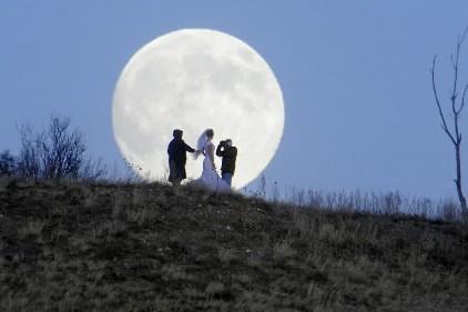 Une mariée profite de la pleine lune pour... (Photo: PC)