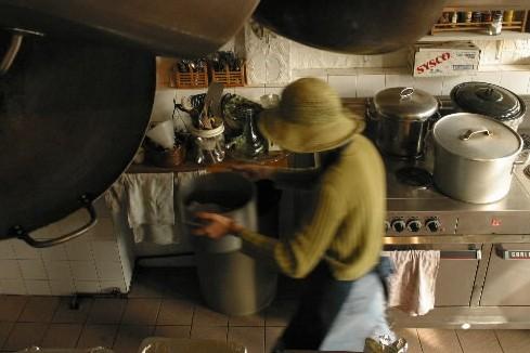 Une bénévole de Santropol prépare des repas destinés... (Photo: Martin Tremblay, Archives La Presse)