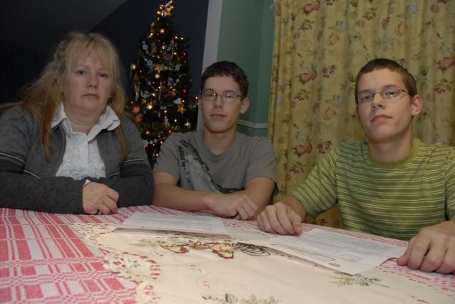 Lynda Foisy et ses deux fils, Xavier et... (photo Marie-France Beaudry)