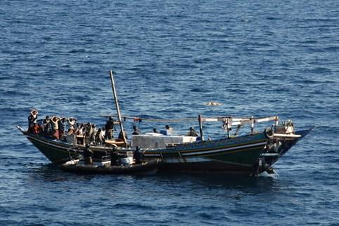 Entourés de la marine indienne, les 23 pirates... (Photo: AFP)