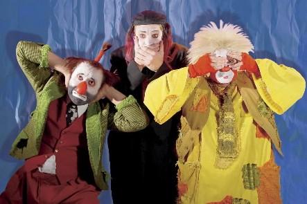 La troupe de joyeux clowns qui présente Aga-Boom...