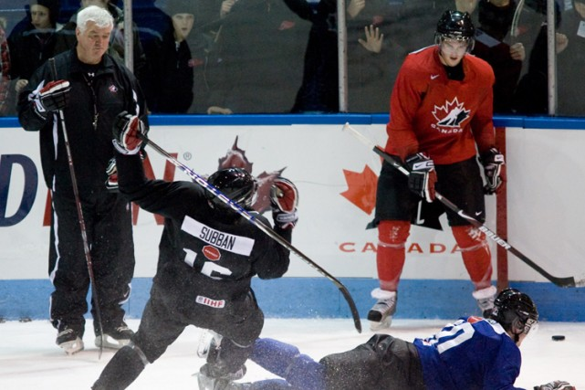Pat Quinn observe le jeu au camp de... (Photo: PC)