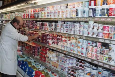 Un employé dans une épicerie, place des yogourts.... (Photo: archives La Presse)