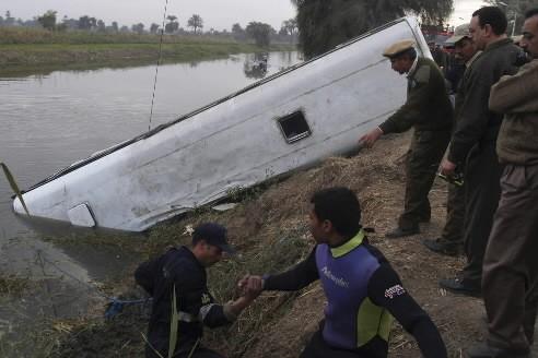 Au moins 55 Egyptiens ont péri dimanche lorsque leur bus a quitté la route pour... (Photo: Reuters)