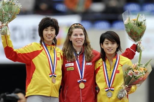 Christine Nesbitt célèbre sa première place entourée de... (Photo: AFP)