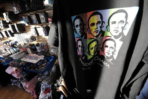 Oubliés, les T-shirts FBI, les casquettes de baseball I Love NY, les boules à... (Photo: AFP)