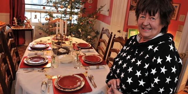 Krystina Frydecka devant sa table dressée pour le... (Photo Patrice Laroche, Le Soleil)