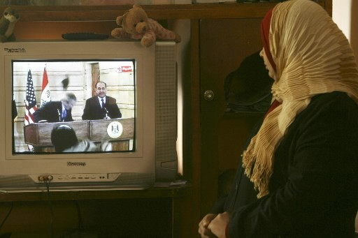 La soeur du journaliste irakien regarde Bush esquiver... (Photo: AP)