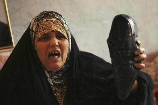 La soeur de Muntadar al-Zeidi tient la chaussure... (Photo: AP)