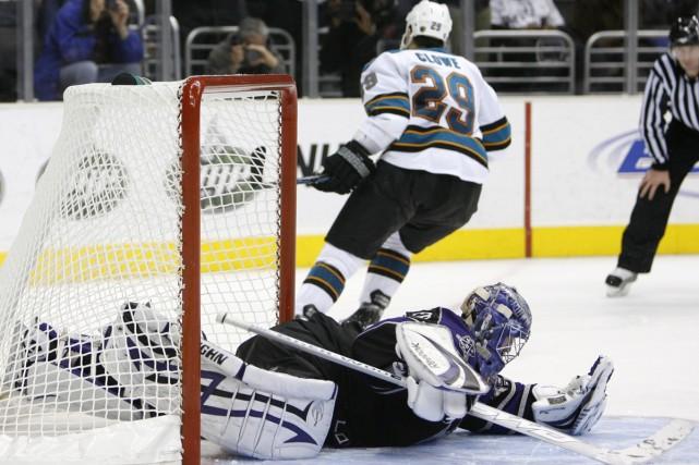 Ryane Clowe déjoue Jason LaBarbera en tirs de... (Photo: AP)
