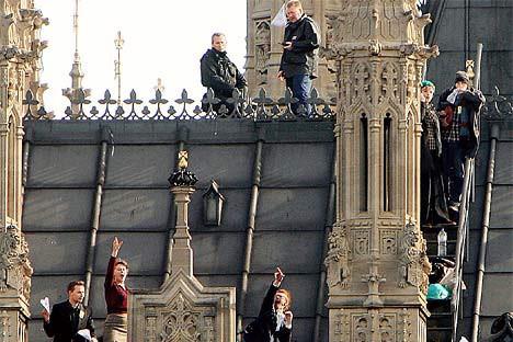 Elle a grimpé le palais de Westminster pour protester contre l'agrandissement...