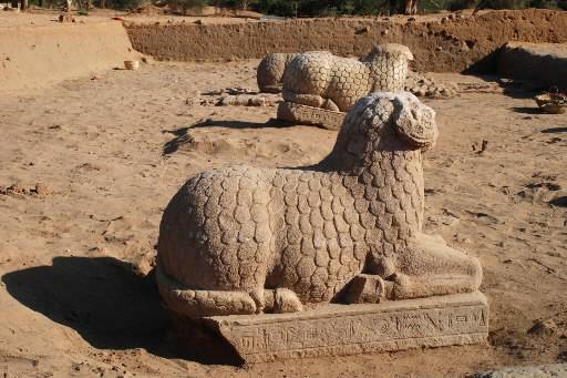 Ces trois statues antiques de béliers ont été... (Photo: AFP)