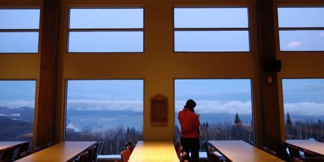 Vue intérieure du chalet de ski au sommet... (Photo Bernard Brault, archives La Presse)