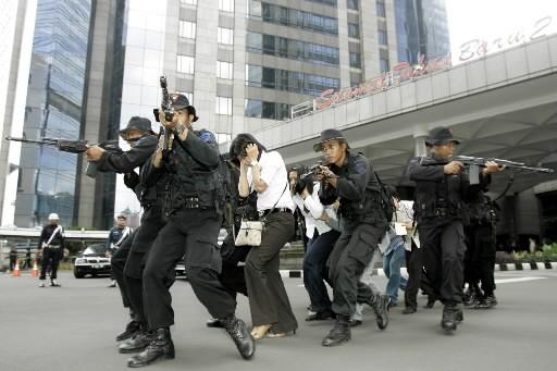 Des policiers effectuent un simulation d'attentat.... (Photo: AP)