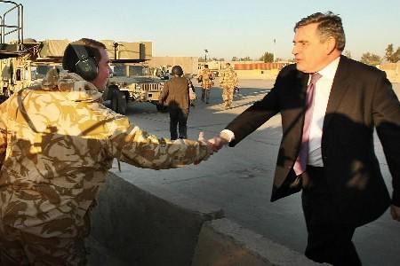 Gordon Brown salue un soldat en Irak.... (Photo: AP)