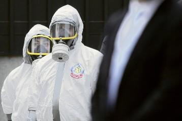 Des experts en explosifs et substances chimiques s'apprêtent... (Photo: AP)