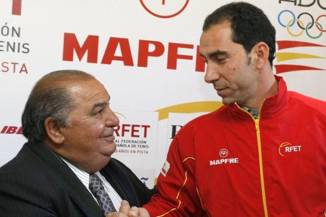 Albert Costa en compagnie du président de la... (Photo: Reuters)