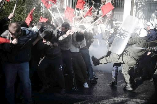 Des manifestants affrontent les policiers en Grèce.... (Photo: AFP)