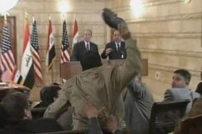 Le journaliste irakien qui a lancé ses chaussures sur le président américain... (Photo: AP)