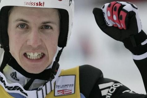 Le Suisse Simon Ammann a remporté son quatrième concours de la saison devant... (Photo: Reuters)