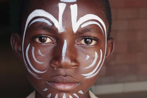 Ce jeune Burkinabè rêve-t-il au Cirque du Soleil?... (Photo: Sarah Bédard-Dubé)