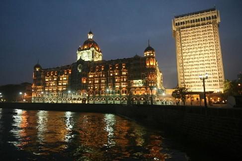 Une partie du palace Taj Mahal et de l'hôtel Trident de Bombay, pris d'assaut... (Photo: Reuters)