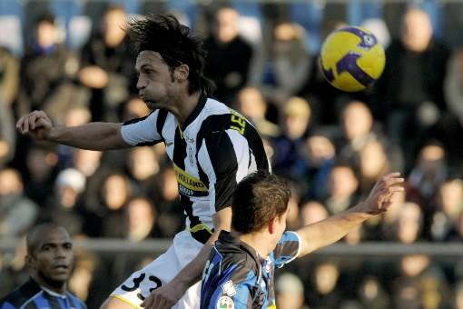 Le défenseur du Juventus, Nicola Legrottaglie, saute pour... (Photo: AFP)