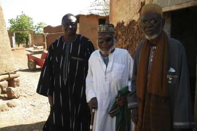 Au centre, vêtu d'une longue robe blanche, le... (Photo Azize Bamako, Collaboration spéciale)