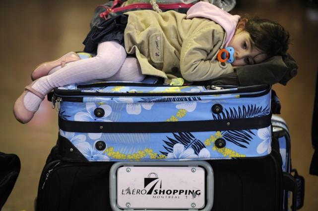 Nessya, 3 ans, faisant la moue affalée sur... (Photo: Bernard Brault, La Presse)