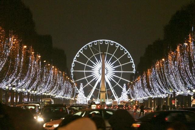 Marcher sur les Champs-Élysées illuminés est un vrai... (Photo: AP)