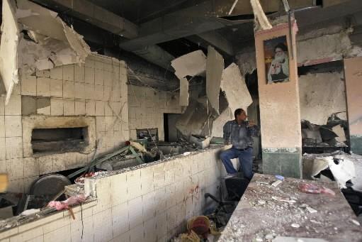 Un Irakien évalue les dégâts dans le restaurant... (Photo: AP)