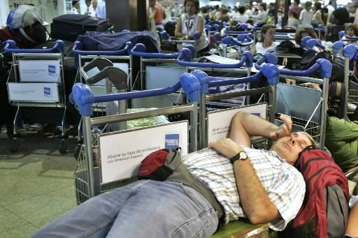 La situation dans les aéroports canadiens s'améliorait lentement jeudi, après... (Photo: Reuters)