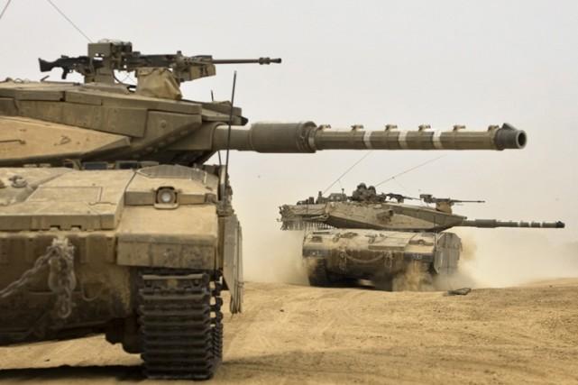 Des chars de l'armée israélienne approchent la frontière... (Photo: AP)