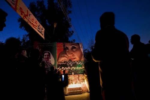 Des partisans de Benazir Bhutto prient à l'endroit... (Photo: AP)