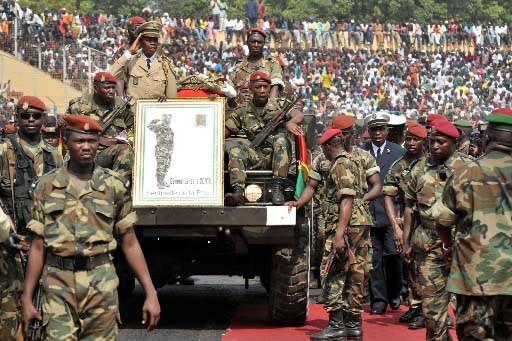 Des soldats guinéens escortent le cercueil du ... (Photo: AFP)