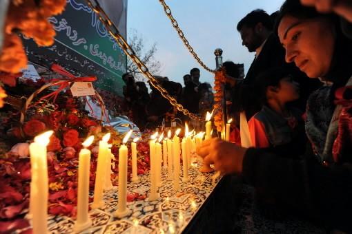 Plus de 150 000 Pakistanais se sont rassemblés samedi devant le mausolée où... (Photo: AFP)