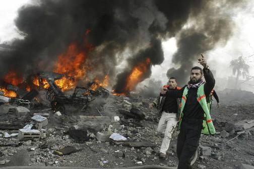 Des pompiers se portent au secours de victimes... (Photo: AP)