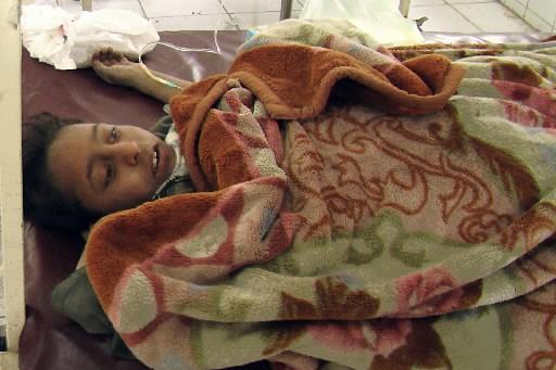 Une fillette blessée dans un attentat-suicide, recoit des... (Photo: AFP)