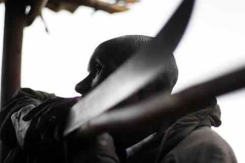 Un homme se prépare à se défendre avec... (Photo: AFP)