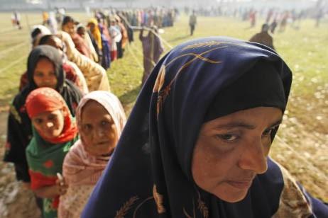 Des femmes attendent pour aller voter au Bangladesh.... (Photo: AP)