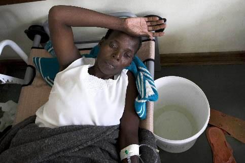Un homme est traité pour le choléra au... (Photo: Bloomberg News)