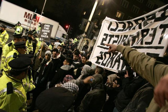 Sept personnes ont été arrêtées lundi lors de heurts avec la police devant... (Photo: AP)