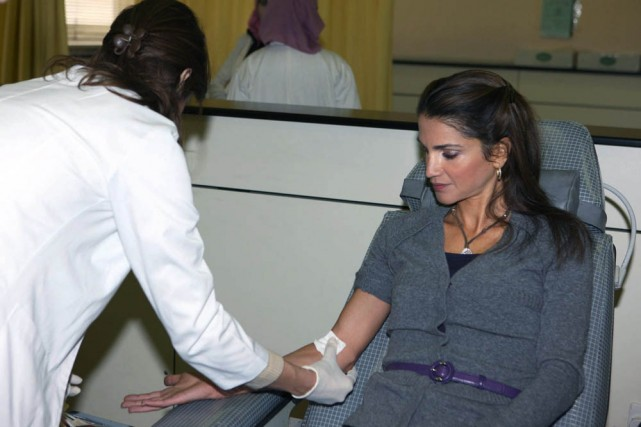 La reine Rania de Jordanie a fait un don de sang mardi pour les Palestiniens de... (Photo: AP)