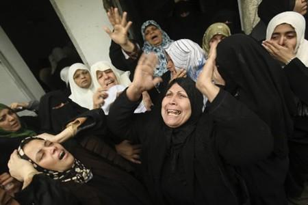 Des femmes pleurent lors des funérailles d'un proche... (Photo: Reuters)