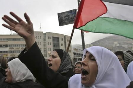 Des Palestiniennes protestent contre l'opération militaire israélienne à... (Photo: AP)