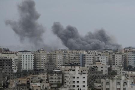 Une vue sur Gaza après un tir israélien... (Photo Reuters)
