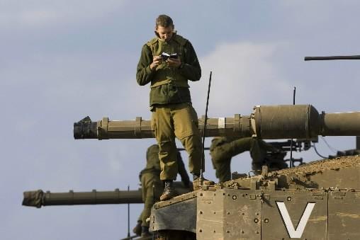 Des soldats israéliens se tiennent en bordure de... (Photo: AP)