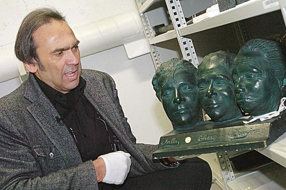 Le conservateur Christian Denis montre le masque mortuaire... (Le Soleil, Jean-Marie Villeneuve)
