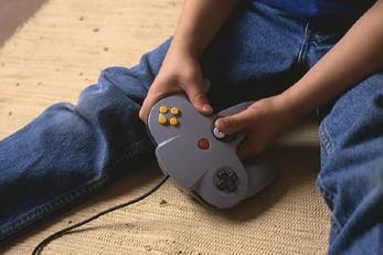 Un enfant joue à un jeu vidéo....